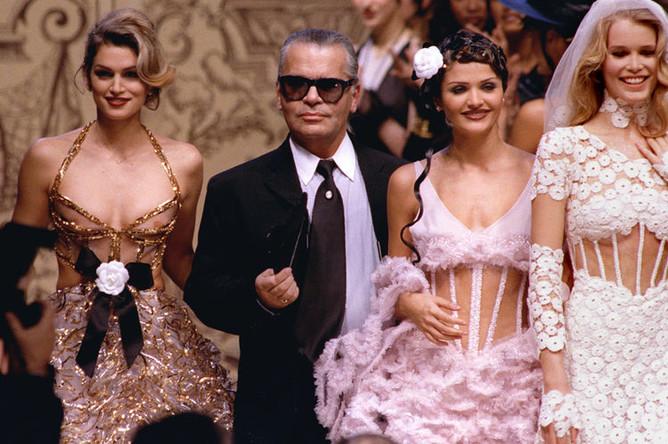 Карл Лагерфельд и супермодели Синди Кроуфорд, Хелена Кристенсен и Клаудия Шиффер на показа коллекции Chanel, 1993 год