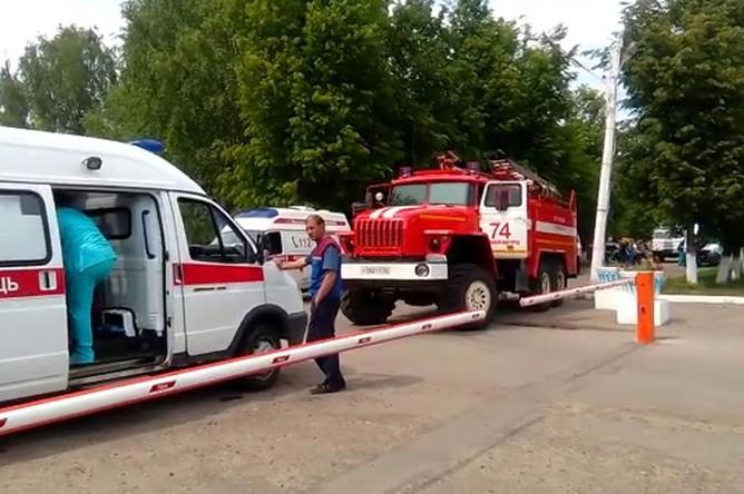 Автомобили скорой помощи и пожарной службы у проходной завода «Кристалл» в Дзержинске