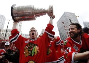 Патрик Кейн показывает Кубок Стэнли Чикаго
