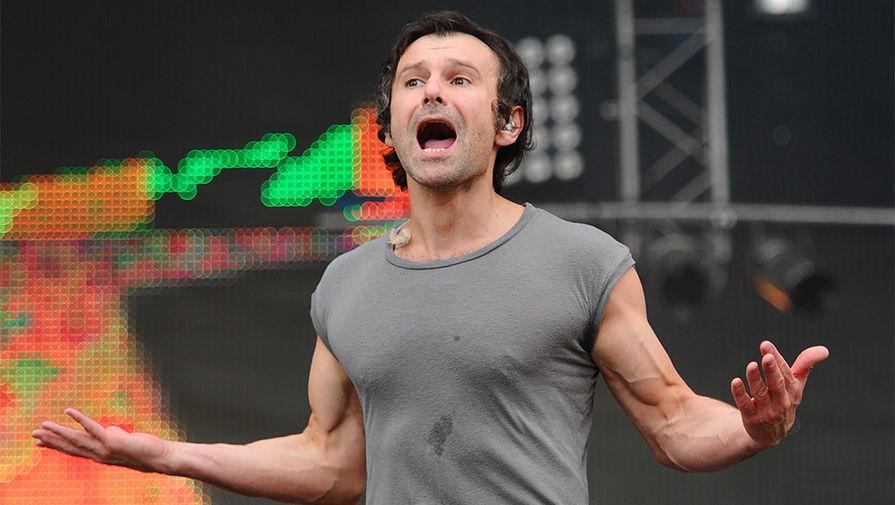 Святослав Вакарчук во время выступления на международном музыкальном фестивале «Рок над Волгой» в поселке Петра-Дубрава, 2012 год