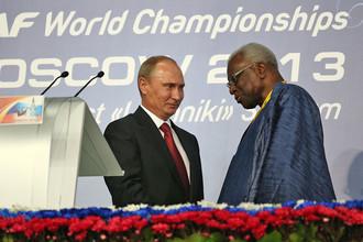 Президент России Владимир Путин и президент Международной ассоциации легкоатлетических федераций (IAAF) Ламин Диак (слева направо) на церемонии открытия чемпионата мира по легкой атлетике — 2013 в СК «Лужники»