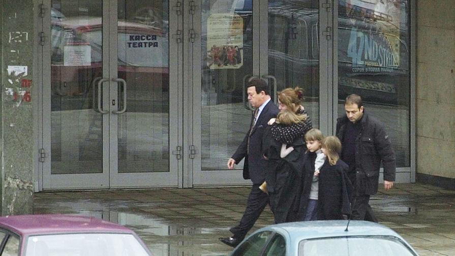 Иосиф Кобзон выводит из здания Театрального центра на Дубровке гражданина Великобритании, женщину, уроженку Сергиева Посада, и трех девочек