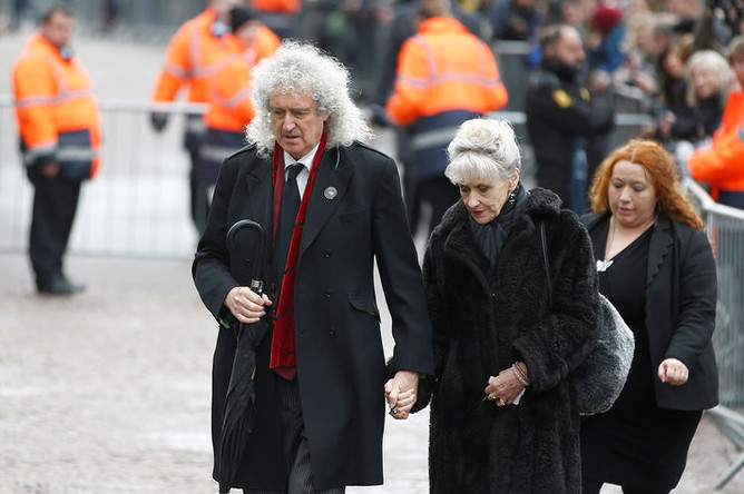 Музыкант Брайан Мей и актриса Анита Добсон на похоронах Стивена Хокинга в Кембридже. Великобритания, 31 марта 2018 года