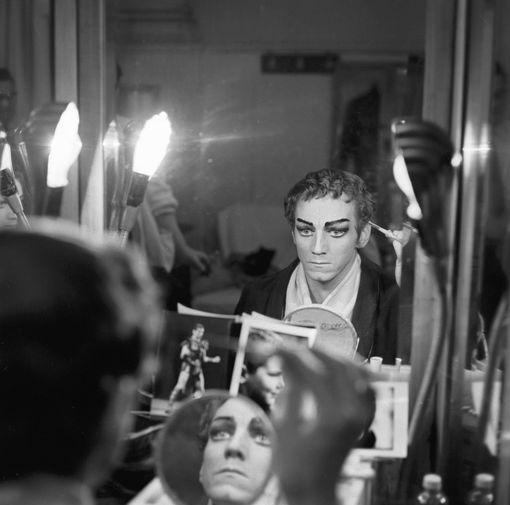 Большому театру пришлось избавиться от настенных шелковых панно, изготовленных еще к коронации Николая II. В первый раз они пострадали в 1920-х годах во время ликвидации гербов Российской империи, а в семидесятые годы пришли в негодность после того, как их решили сдать в химчистку. На фото: Народный артист РСФСР танцовщик Марис Лиепа в своей гримерной в Большом театре перед выходом на сцену, 1971 год