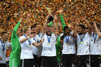 Игроки сборной Германии — победители Кубка конфедераций – 2017 на церемонии награждения после окончания финального матча Кубка конфедераций – 2017 по футболу между сборными Чили и Германии