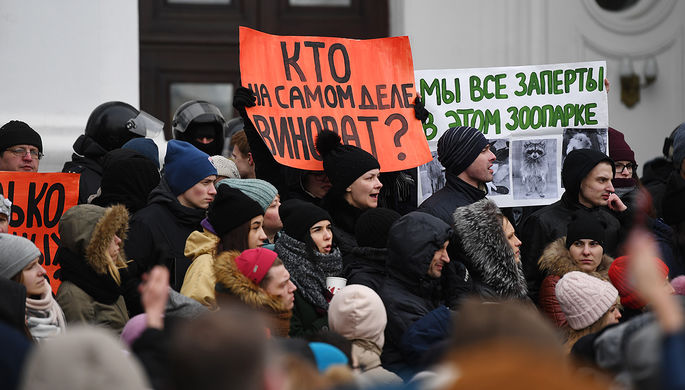 Жители Кемерово во время акции в память о погибших при пожаре в ТЦ «Зимняя вишня», 27...