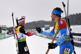 Тарьей Бё и Матвей Елисеев после финиша гонки преследования среди мужчин на чемпионате Европы по биатлону в белорусских Раубичах.