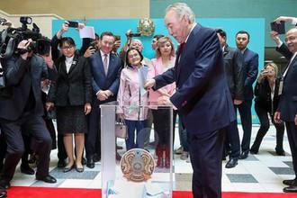 Нурсултан Назарбаев во время голосования на внеочередных выборах президента Казахстана на участке № 58