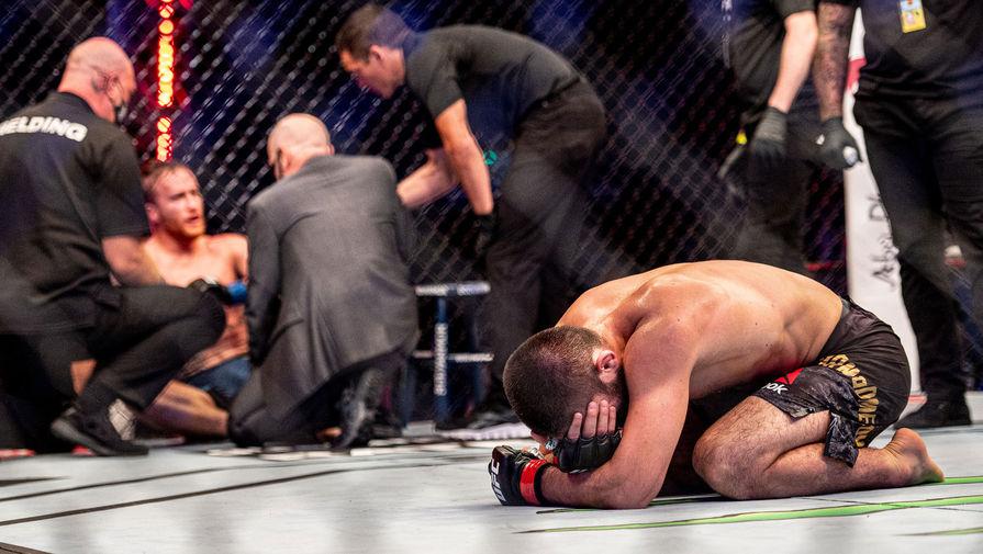 Хабиб Нурмагомедов и Джастин Гэтжи после боя за титул чемпиона Абсолютного бойцовского чемпионата (UFC) в легком весе, 24 октября 2020 года