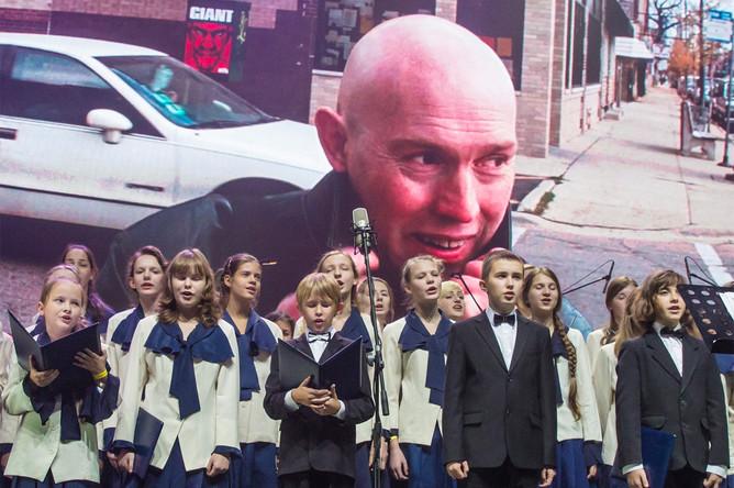 Детский хор телевидения и радио Санкт-Петербурга во время выступления на концерте «Брат-2»