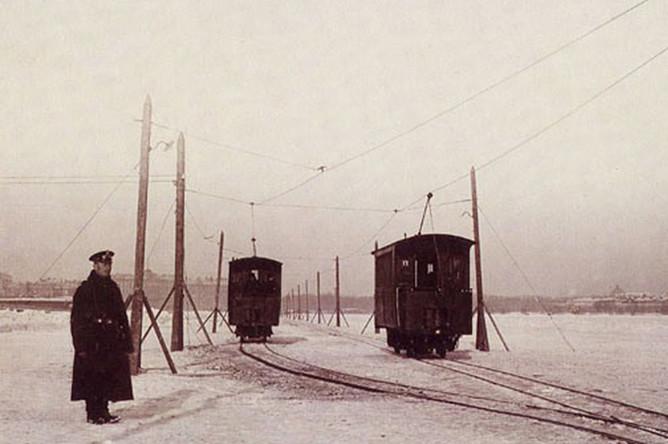 Трамвай едет по льду Невы в Петербурге. Конец XIX (либо самое начало XX века)