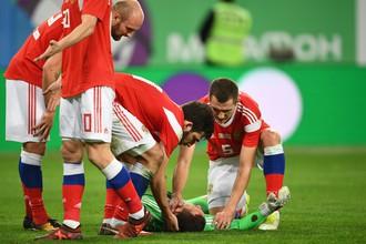 Вратарь сборной России Андрей Лунев (в центре) в товарищеском матче между сборными командами России и Испании.