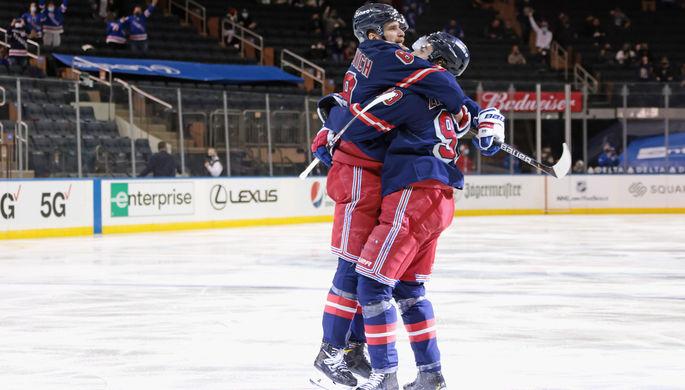 Игроки «Нью-Йорк Рейнджерс» Павел Бучневич и Мика Зибанеджад в матче НХЛ