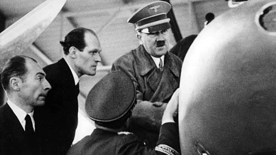 Вилли Миссершмитт (второй слева) и Адольф Гитлер во время посещения завода в Хаунштеттене, 1937 год