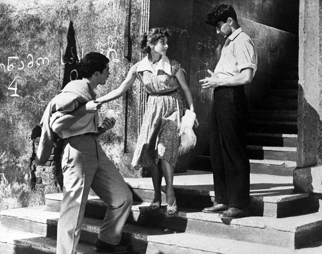 Гоча Абашидзе, Софико Чиаурели и Георгий Шенгелая в кадре из фильма «Наш двор», 1957 год