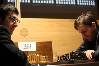 Владимир Крамник и Александр Грищук в партии в Лондоне