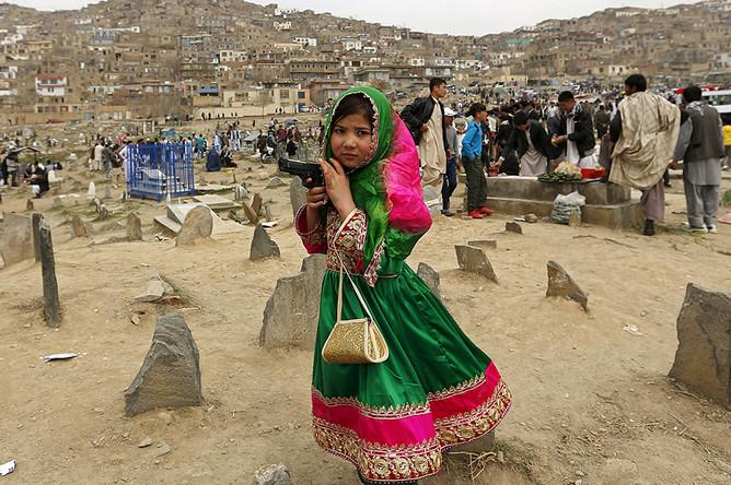 Девочка с игрушечным пистолетом во время праздничных гуляний