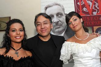 Писатель Кадзуо Исигуро перед получением литературной премии Джузеппе Томази ди Лампедузы на Сицилии, 2009 год