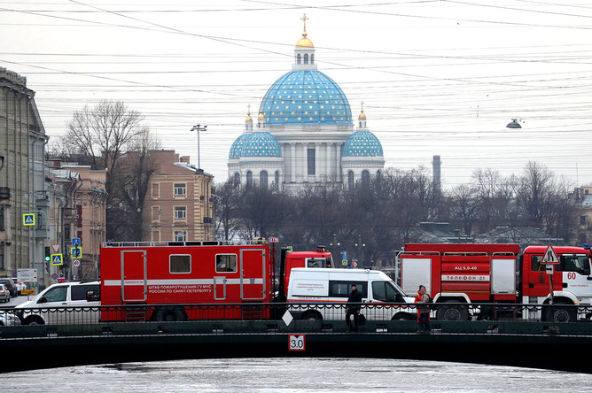 Автомобиль специальных служб на набережной реки Фонтанки, где в здании «Лениздата» произошел пожар