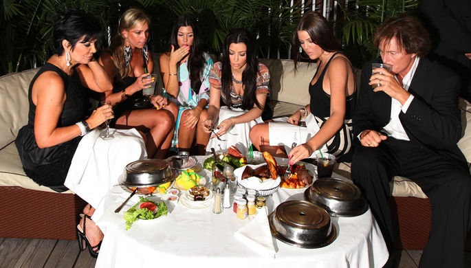 Крис Кардашьян, Кортни Кардашьян, Ким Кардашьян, Хлои Кардашьян и Брюс Дженнер во время ужина в Атлантик-Сити, 2009 год