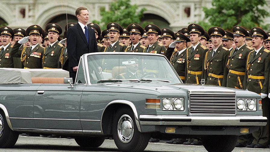 2001 год. Министр обороны Российской Федерации Сергей Иванов объезжает войска во время военного...