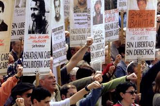Демонстранты с фотографиями баскских заключенных сепаратистской организации ЭТА во время празднования Aberri Eguna, Дня Cтраны Басков, 23 апреля, Сан-Себастьян