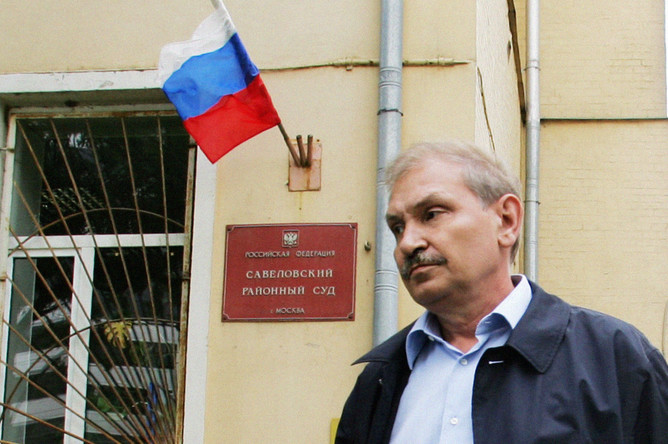 Николай Глушков у здания Савеловского суда после приговора по делу «Аэрофлота», 2006 год