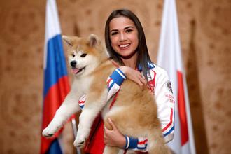 Алина Загитова с подаренной собакой