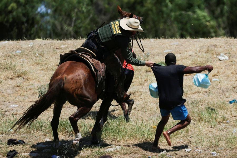 Конный пограничный патруль разгоняет мигрантов вгороде Дель-Рио, Техас, 19сентября 2021года