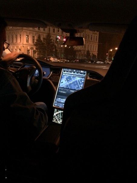 Приборная панель Model S напоминает гигантский iPad