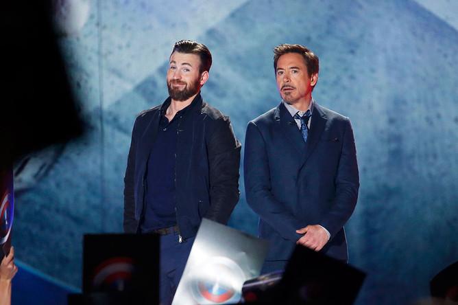 Роберт Дауни- младший и Крис Эванс, сыгравшие Железного человека и Капитана Америку, не теряли своих образов и на сцене