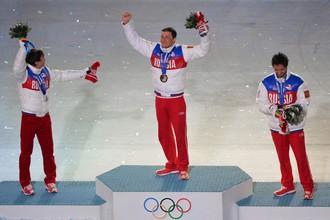 Александр Легков (в середине) на церемонии награждения с золотой медалью ОИ в Сочи