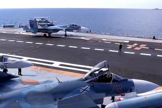 Истребитель Су-33 во время боевого вылета с палубы тяжелого авианесущего крейсера «Адмирал Кузнецов»