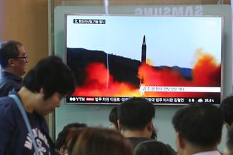 Показ запуска ракеты КНДР в новостном сюжете южнокорейского ТВ на железнодорожной станции в Сеуле, Южная Корея, 21 мая 2017 года