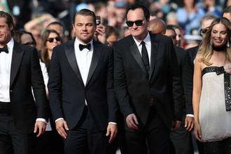 Актеры Брэд Питт, Леонардо ДиКаприо, режиссер Квентин Тарантино и актриса Марго Робби на премьере фильма Тарантино «Однажды... в Голливуде» в Каннах, 21 мая 2019 года