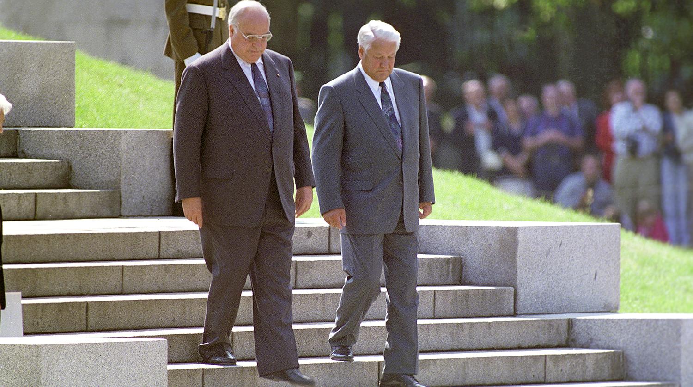 Федеральный канцлер ФРГ Гельмут Коль и президент Российской Федерации Борис Ельцин в Трептов-парке...