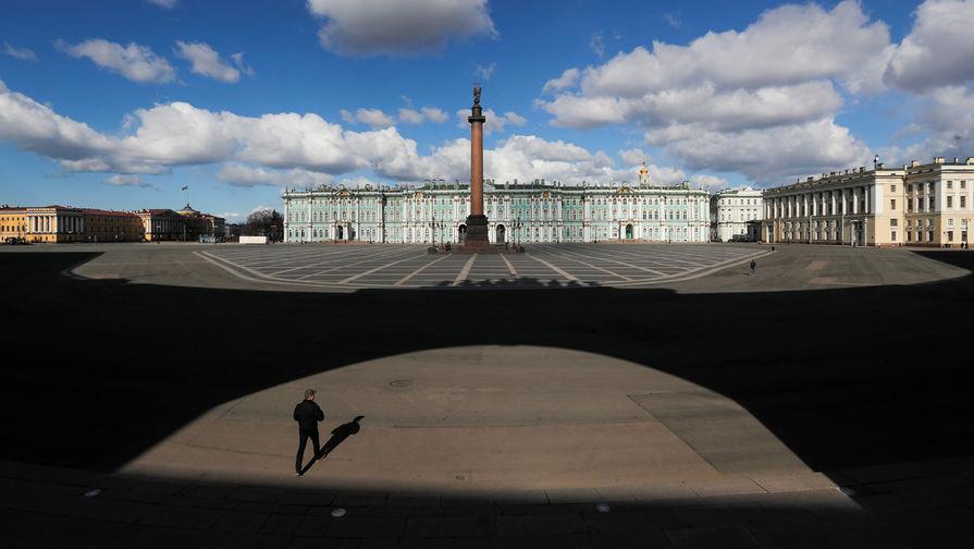 Одинокий прохожий на Дворцовой площади в Санкт-Петербурге