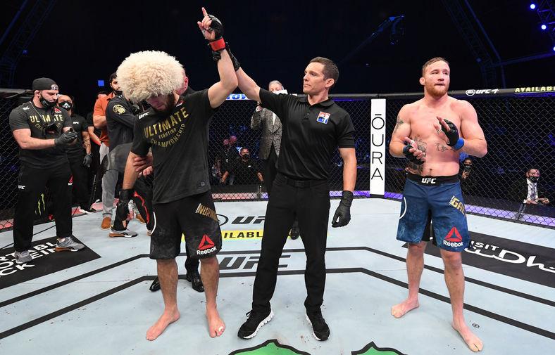 Судья присуждает победу Хабибу Нурмагомедову в бою за титул чемпиона Абсолютного бойцовского чемпионата (UFC) в легком весе, 24 октября 2020 года