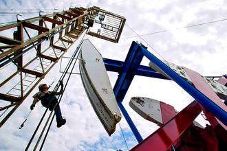 Рабочий на нефтяной вышке в Уиллистоне, Северная Дакота