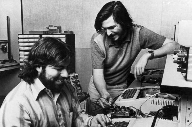 В конце 1970-х годов Стив и его друг Стив Возняк разработали один из первых персональных компьютеров, обладавший большим коммерческим потенциалом. Компьютер Apple II стал первым массовым продуктом компании Apple, созданной по инициативе Стива Джобса. Позже Джобс увидел коммерческий потенциал графического интерфейса, управляемого мышью, что привело к появлению компьютеров Apple Lisa и год спустя Macintosh (Mac)