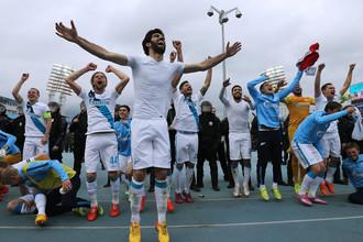 «Зенит» в пятый раз стал чемпионом России и со следующего года будут выступать со «звездочкой» на форме. Два последних года сине-бело-голубые «отдавали» чемпионство ЦСКА