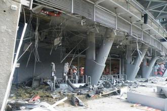 «Донбасс-Арена» после попадания в нее снаряда во время бомбардировки Донецка