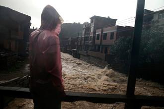 На Китай обрушился тайфун «Соуделор», город Ниндэ, провинция Фуцзянь, 9 августа 2015 года