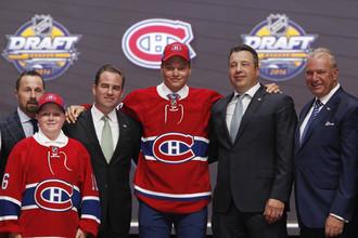 Михаил Сергачев (в центре) позирует в джерси «Монреаля» после того, как «Канадиенс» выбрали его под девятым номером