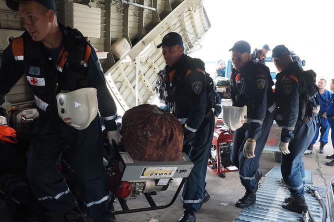 Сотрудники МЧС РФ на борту вертолета Ми-26 во время подготовки к поисково-спасательным работам пропавшего в Иркутской области самолета МЧС РФ Ил-76