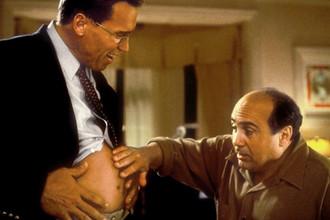 Арнольд Шварценеггер и Дэнни Де Вито в сцене из фильма «Джуниор» (1994)