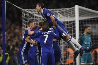 Футболисты «Челси» празднуют третий гол в ворота «Суонси»