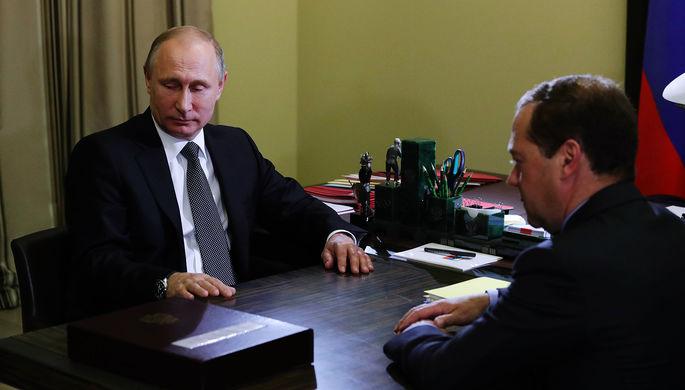 Президент России Владимир Путин и председатель правительства Дмитрий Медведев во время встречи в...