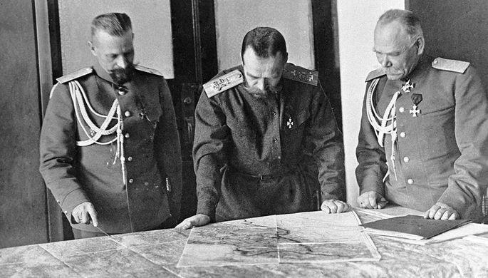 Верховный главнокомандующий император Николай II (в центре), обсуждает план боевых действий с генералами Михаилом Алексеевым (справа) и Михаилом Пустовойтенко (слева). Первая мировая война 1914-1918.