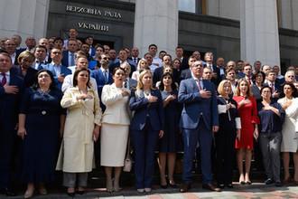Депутаты у здания Верховной рады Украины в Киеве, июль 2019 года
